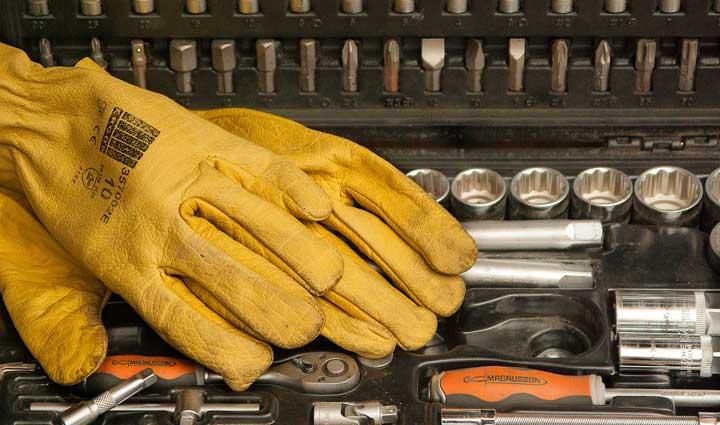 Luvas de proteção em cima de algumas ferramentas